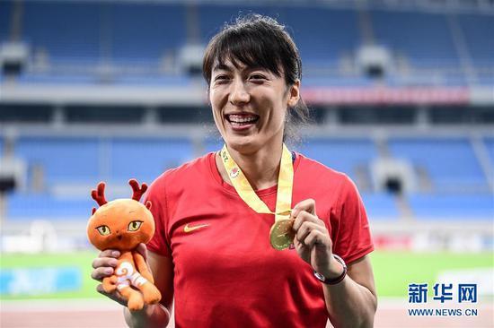 7月11日,湖北队选手吕会会在颁奖仪式上。新华社记者潘昱龙摄