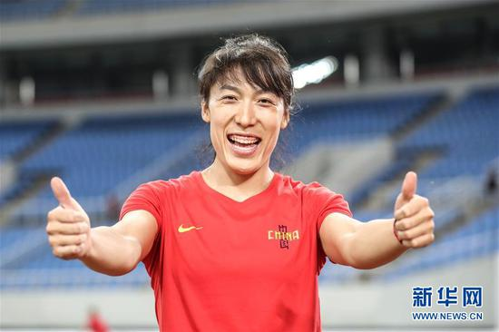 7月11日,湖北队选手吕会会夺冠后庆祝。新华社记者潘昱龙摄