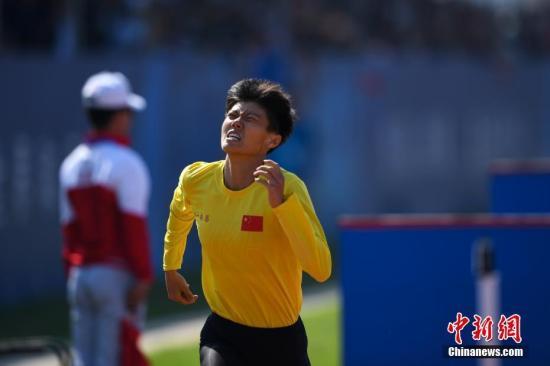 10月20日,在湖北省武汉举行的第七届世界军人运动会军事五项女子个人全能障碍跑项目中,中国队选手卢嫔嫔以2分10秒09的成绩打破该项目世界纪录,排名第一。图为中国队选手卢嫔嫔在比赛中。中新社记者 何蓬磊 摄