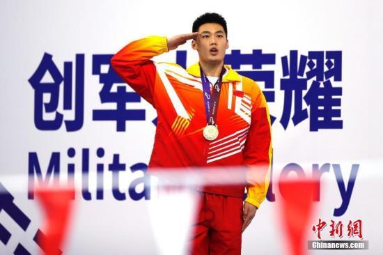 中国选手牛钰捷以2分12秒56摘得男子200米超级救生决赛金牌。中新社记者 富田 摄