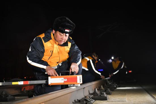 使用降低值检查仪测量尖轨与基本轨高低误差