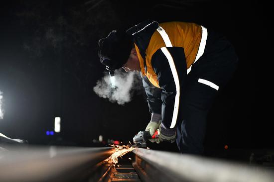 钢轨打磨后对尖轨内测非工作边进行精细处理