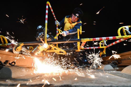 垂直打磨机对钢轨鱼鳞纹进行打磨作业