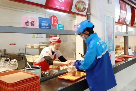 辽宁多所高校食堂上线饿了么 智能取餐柜升级无接触配送