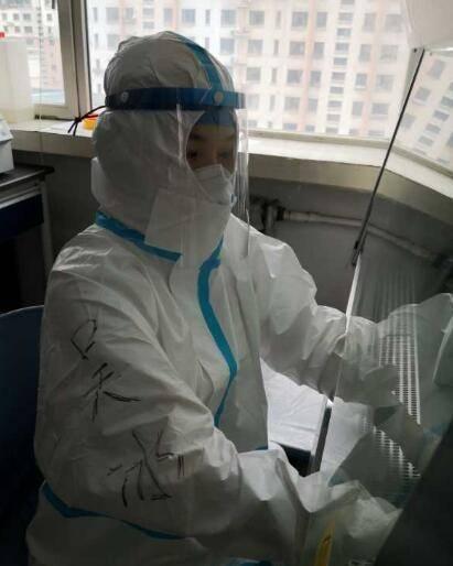 核酸检测员怎样工作?穿三级防护,开空调仍汗流浃背