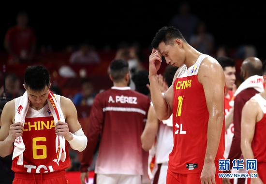 9月4日,中国队球员易建联(右)、郭艾伦在比赛后。 新华社记者 孟永民 摄