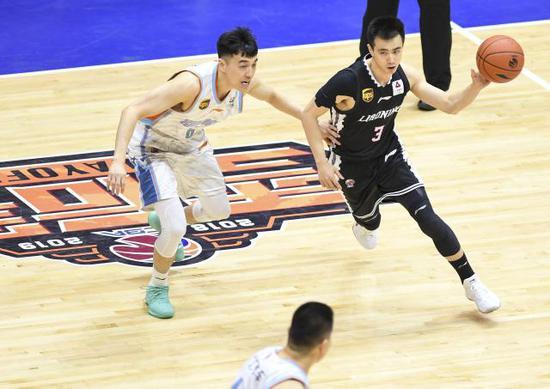 ↑ 4月14日,辽宁本钢队球员赵继伟(右)在比赛中突破新疆广汇汽车队球员曾令旭的防守。