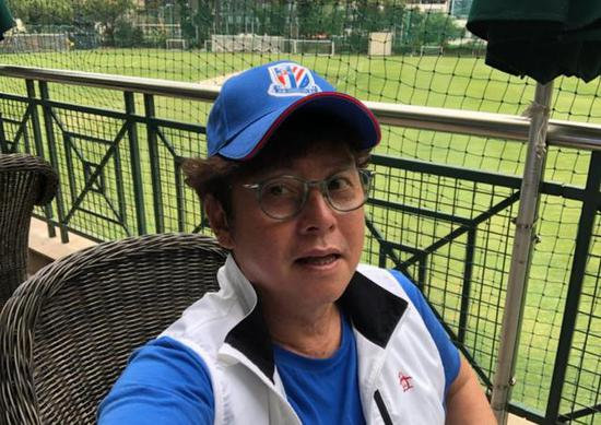 70岁谭咏麟现身好友聚餐 戴棒球帽运动风穿搭状态佳
