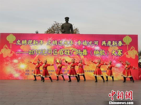 广场舞表演《拥抱你》。 李晛 摄