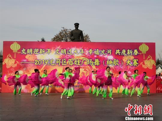 广场舞表演《幸福赞歌》。 李晛 摄