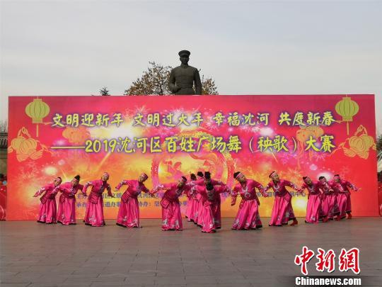 广场舞表演《鸿雁》。 李晛 摄