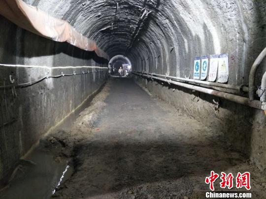 大连地铁五号线劳动公园站主体上层导洞提前全部贯通。 刘辉 摄
