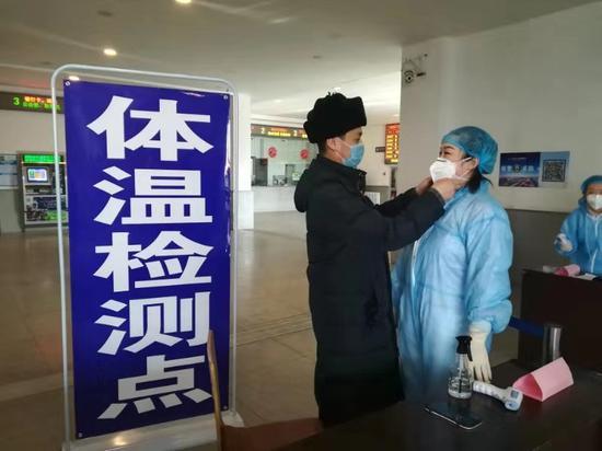 """奋战在凤城东站的疫情防控""""夫妻岗"""""""