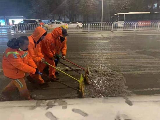 """沈阳两万多名环卫工人连夜除雪,市民感慨除雪效果""""像变戏法"""