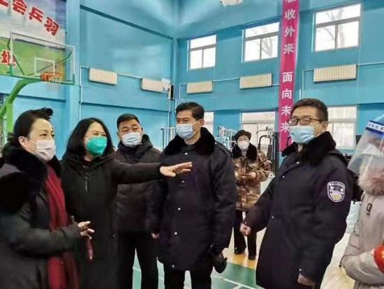 沈阳市侨联向铁西区捐赠3万只医用N95口罩和2万个发热贴 ( 摄影安美麟)
