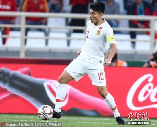 图为中国队郑智在比赛中带球。