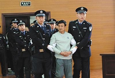 昨日,辽宁省朝阳市中院,主犯姚玉忠被押送进法庭。图片来源/朝阳市中院微博