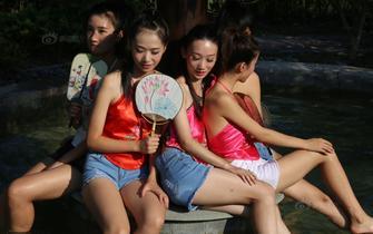 温泉景区肚兜潮趴 男女共浴一池
