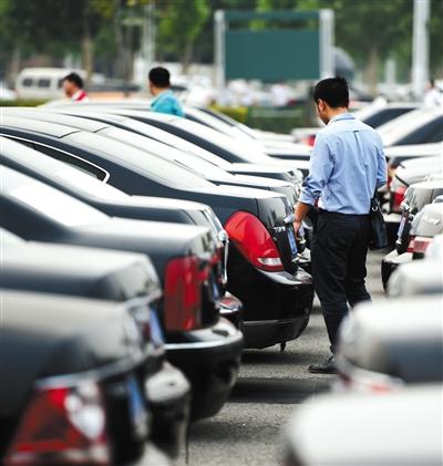 今年5月5日下午,郑州国际会展中心广场,郑州市市直机关公务用车制度改革取消车辆首场拍卖会,参拍的100辆车正在展示,吸引了众多有购车意向者。图/视觉中国