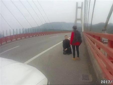 男子高速路上单膝跪地求婚高速执法四支队供图