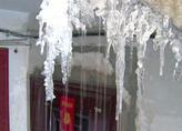 沈阳楼道冻成冰雪大世界 社区书记为此跑断腿