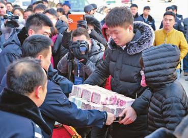 警方将被骗款退还给受害者 新文化记者 杨威 摄
