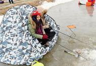辽宁市民冰面上凿洞钓螃蟹为乐