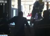 辽宁本溪:女子坠入电梯井 消防破窗救援