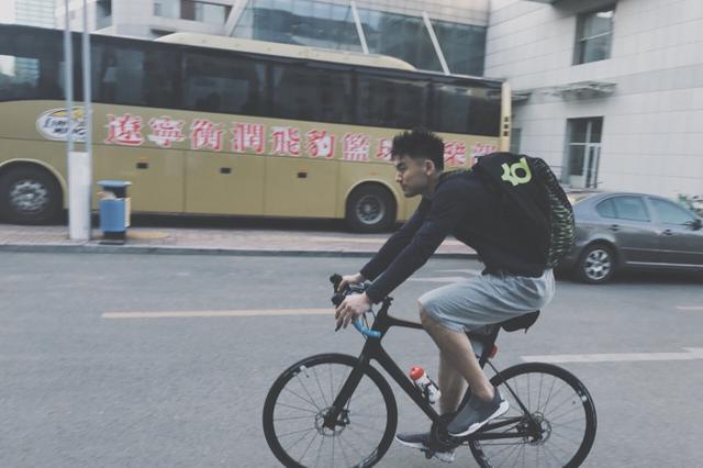 女友晒李晓旭骑单车照:这枚风一样的男子