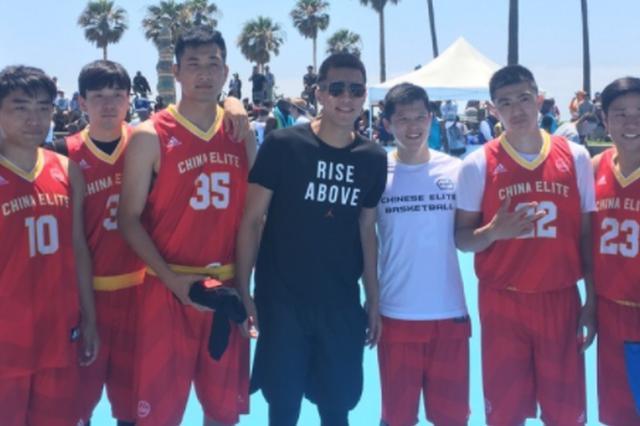 郭艾伦观战洛杉矶街头篮球赛 与中国参赛队合影