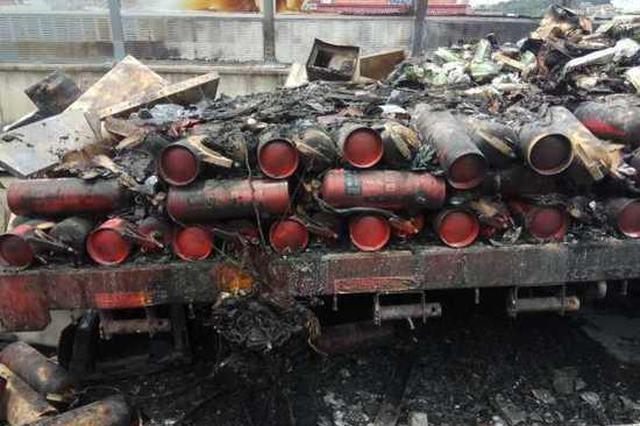 货车着火货物烧光 司机不知车上有200个灭火器