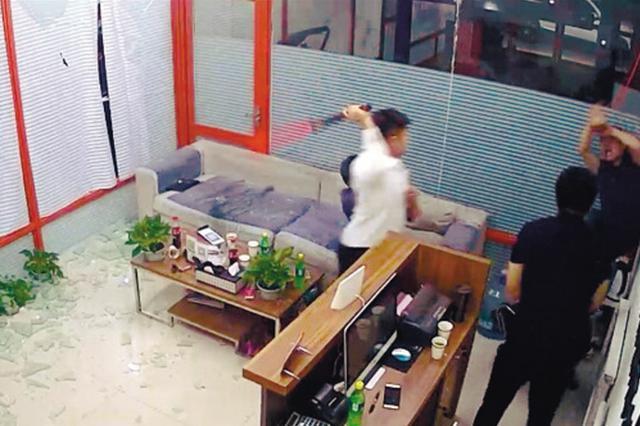 沈阳汽车美容店与阳光100小区物业纠纷 店内突遭打砸