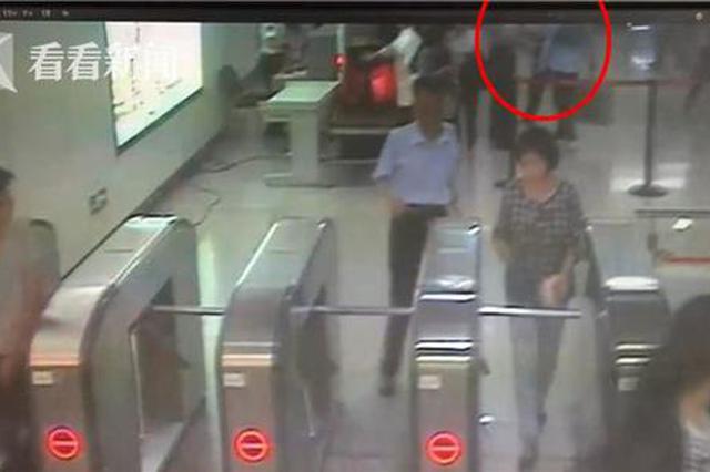 霸道男强闯地铁安检不成 抬脚飞踹保安泄愤