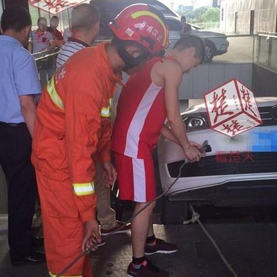 女司机倒车错把油门当刹车 直接开下楼梯(图)