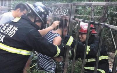 消防人员赶到现场解救孩子。