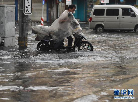 当日晚高峰时段,辽宁沈阳市遭遇骤雨袭击。