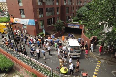 昨日10时45分,一辆大型排水车和数台水泵同时往外抽水。本报记者李传报摄