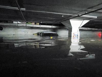 停车场内的积水超过两米。图由网友提供