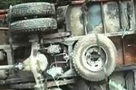 大货车司机带着情绪超车 追尾前车翻下高速