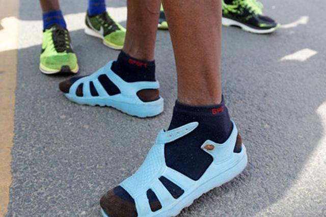 埃塞俄比亚男子穿蓝色凉拖跑赢中国马拉松(图)