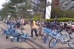 收费员怒扔共享单车 官方否认收费引发