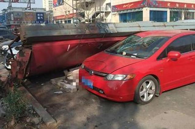沈阳大风吹倒10米高广告牌 砸完汽车又伤人
