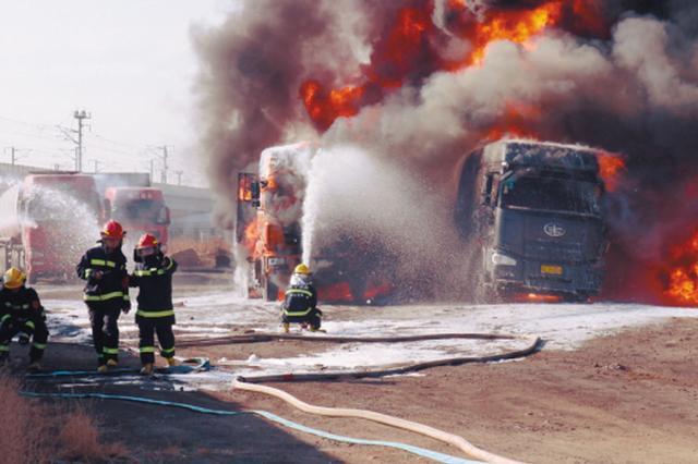 辽宁一油罐车被撞引燃30吨汽油 50名消防官兵扑救一小时