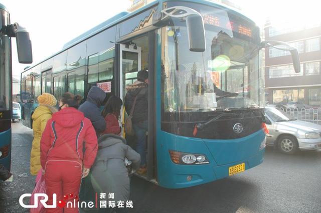 沈阳公交冬运开启两日乘车体验:车厢暖车隔短