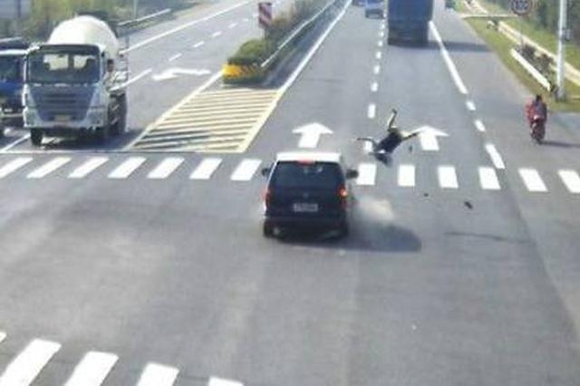 沈阳古稀老人骑自行车被撞飞 交警锁定肇事逃逸轿车