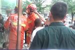 新浪视频:鞍山一文化馆旋转门卡住女童 消防员破门救人