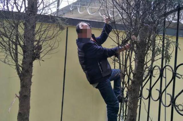 48岁大叔为进站送外出打工的女友 翻高铁防护网