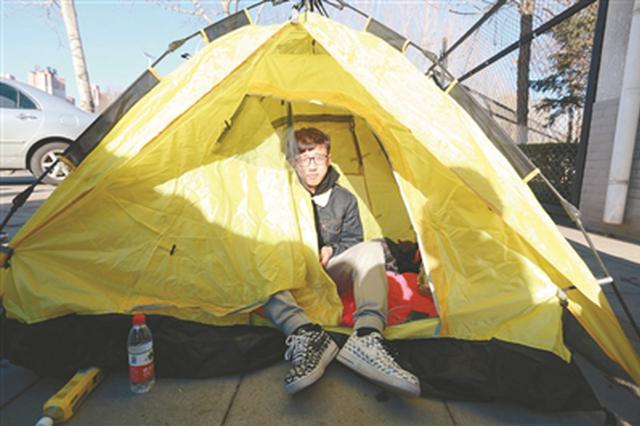 沈阳球迷半夜排队买总决赛门票 自带帐篷熬一宿