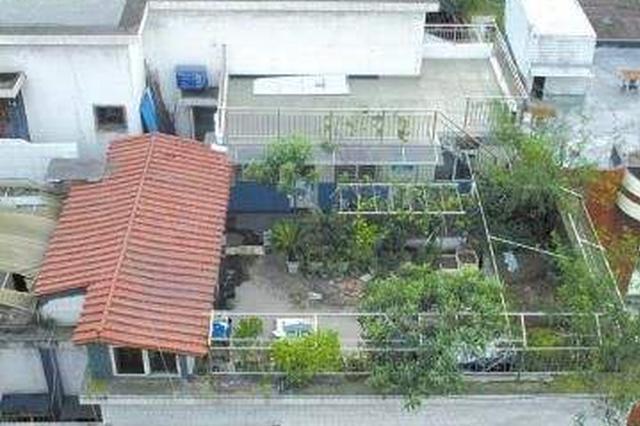 """82岁老人在楼顶搭个大房子 被""""铁闺女""""感动拆违建"""