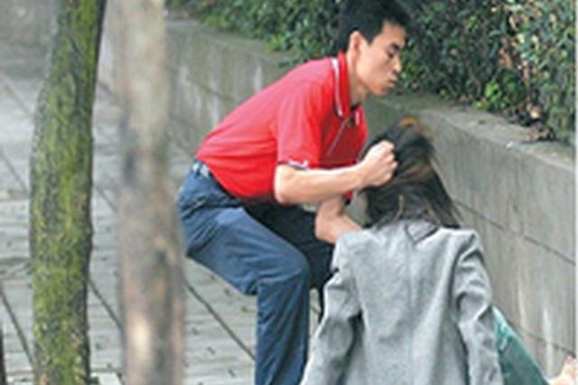 """男子疑女友微信上玩暧昧 连续三天展示""""功夫"""""""